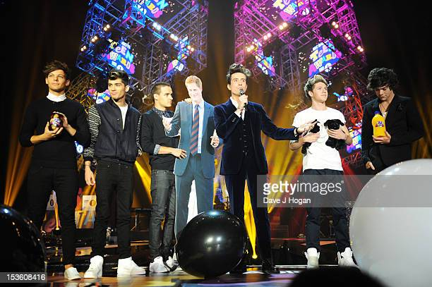 Liam Payne Louis Tomlinson Niall Horan Zayn Malik and Harry Styles of One Direction accept an award from Nick Grimshaw at the BBC Radio 1 Teen Awards...