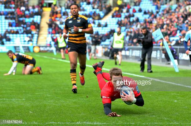 Liam Williams of Saracens dives over the line to score a try during the Gallagher Premiership Rugby match between Wasps and Saracens at Ricoh Arena...