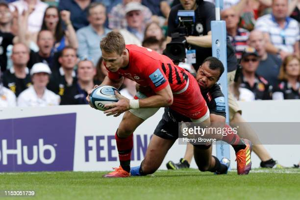 Liam Williams of Saracens scores his team's third try under pressure from Tom O'Flaherty of Exeter Chiefs during the Gallagher Premiership Rugby...
