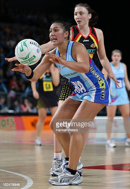 Liana BarrettChase of the Steel passes the ball into the circle during the ANZ Championships Preliminary Final match between the Waikato Bay of...