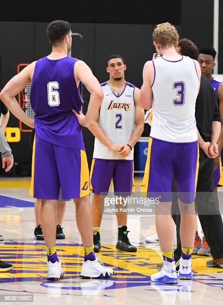 LiAngelo Ball Dusan Ristic and Thomas Welch listens as head coach Luke Walton of the Los Angeles Lakers talks to players during the Los Angeles...