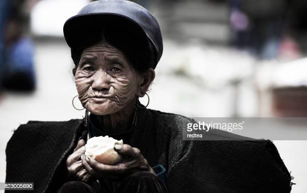 liangshan yi autonomen präfektur yi leute auf dem lokalen markt - provinz yunnan stock-fotos und bilder