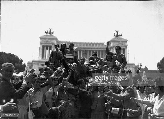 Liberation of Rome Allied troops welcomed by the population in Piazza Venezia 1944