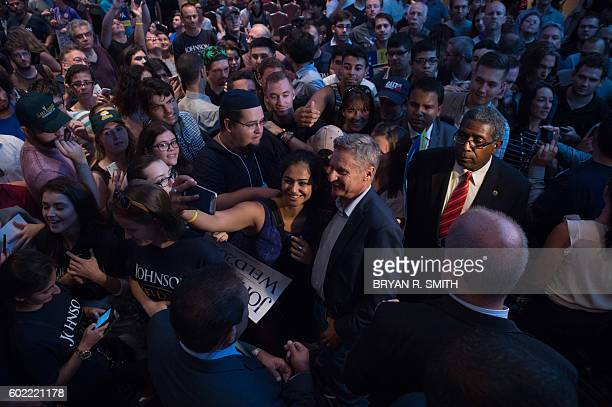Libertarian presidential candidate Gary Johnson greets supporters at a rally on September 10, 2016 in New York. / AFP / Bryan R. Smith