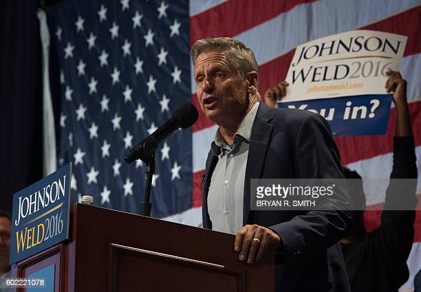 Libertarian presidential candidate Gary Johnson speaks to supporters at a rally September 10, 2016 in New York. / AFP / Bryan R. Smith