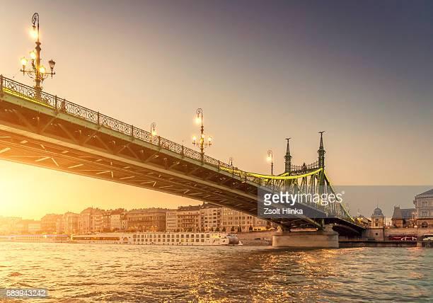 liberty bridge in sunset - budapest - budapest stock-fotos und bilder