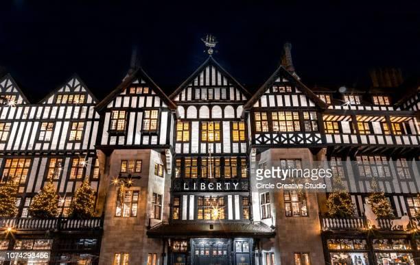 クリスマス シーズンのロンドン イギリス中に soho で自由高級デパート - ロンドン ソーホー ストックフォトと画像