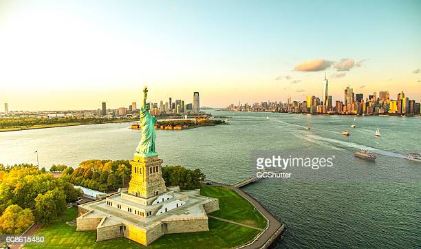 liberty island overlooking manhattan skyline - luogo d'interesse foto e immagini stock
