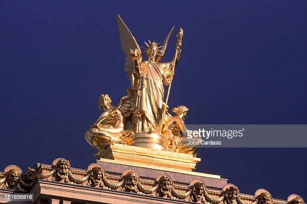 liberty sculpture on the paris opera roof - opernhaus palais garnier stock-fotos und bilder