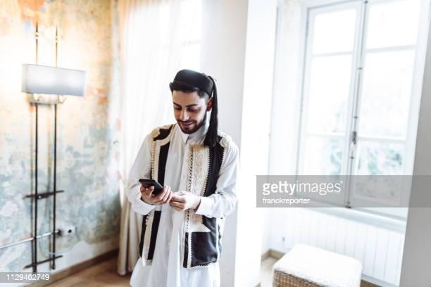 libic mann porträt zu hause - nordafrika stock-fotos und bilder