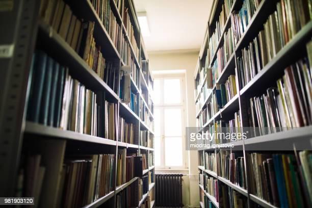 本棚を図書館通路 - 歴史 ストックフォトと画像