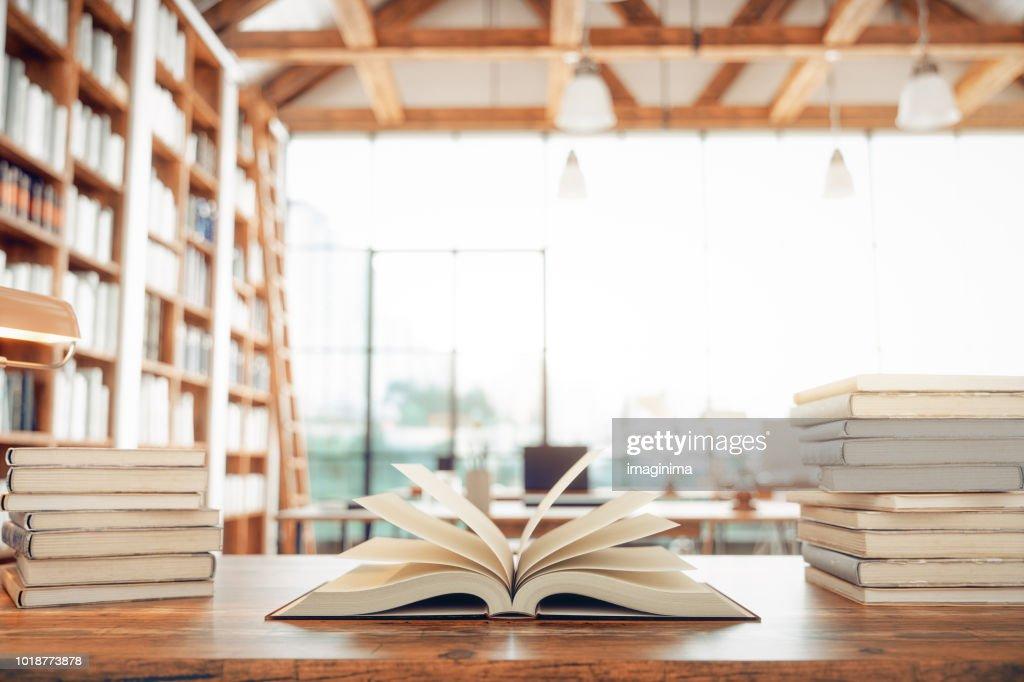 Biblioteca e livros : Foto de stock