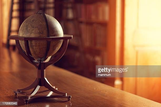 libreria interno - mappamondo foto e immagini stock