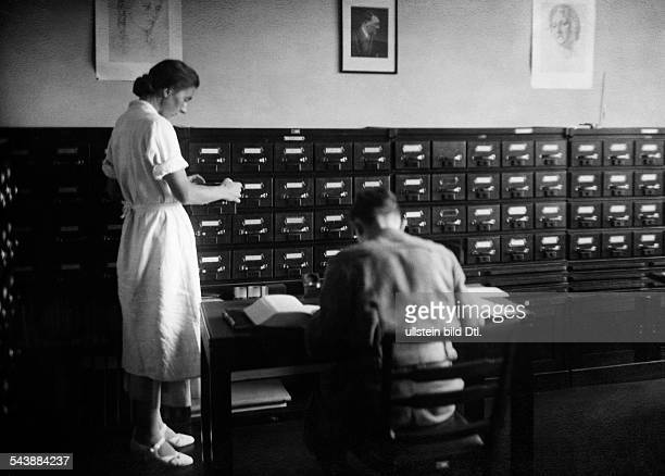 Library series woman and man with card boxes Photographer Ullmann Published by 'Sieben Tage' 38/1936Vintage property of ullstein bild