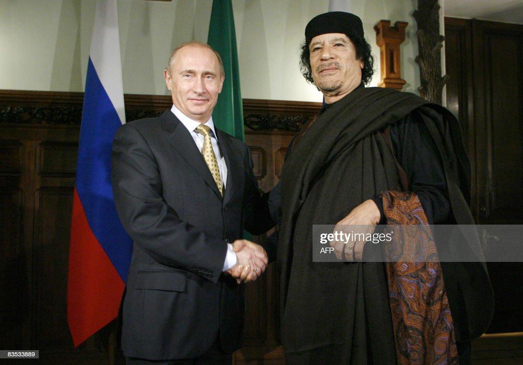 Libyan leader Moamer Kadhafi (R) shakes : News Photo