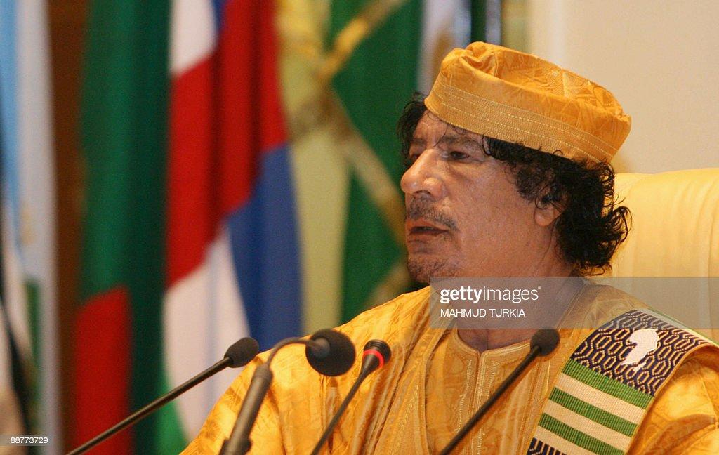 Libyan leader Moamer Kadhafi speaks duri : News Photo