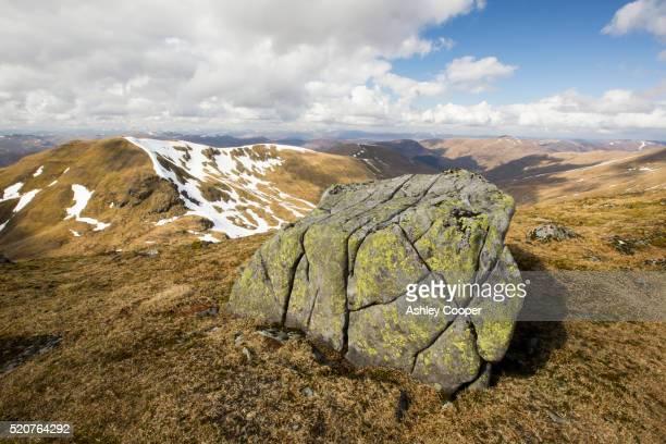 a lichen covered boulder on beinn ghlas, a munro on the side of ben lawers. - ben cooper stock-fotos und bilder