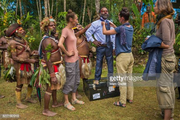 lido's dancers offering a suit to papuan man - tari stock pictures, royalty-free photos & images