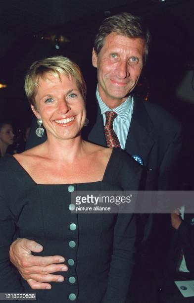 """Liebevoll legt der Moderator der ARD-""""Tagesthemen"""", Ulrich Wickert, den Arm um seine Frau Birgit Schanzen bei der Internationalen Funkausstellung am..."""