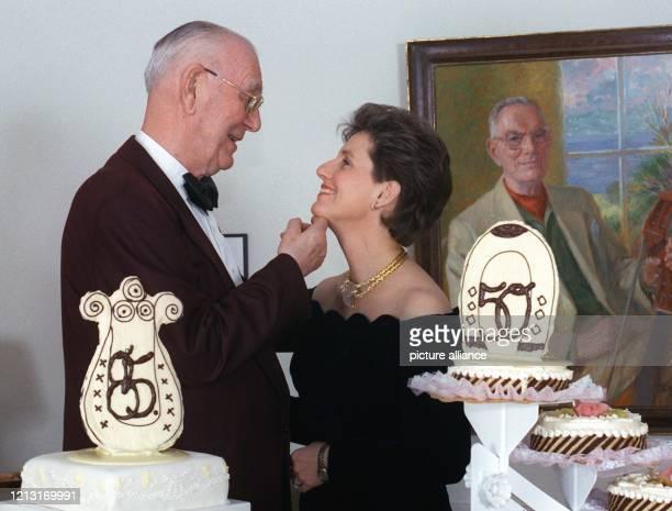 Liebevoll schaut Graf Lennart Bernadotte seiner Ehefrau Sonja in die Augen . Der Senior-Chef der adeligen Familie Bernadotte und Besitzer der...