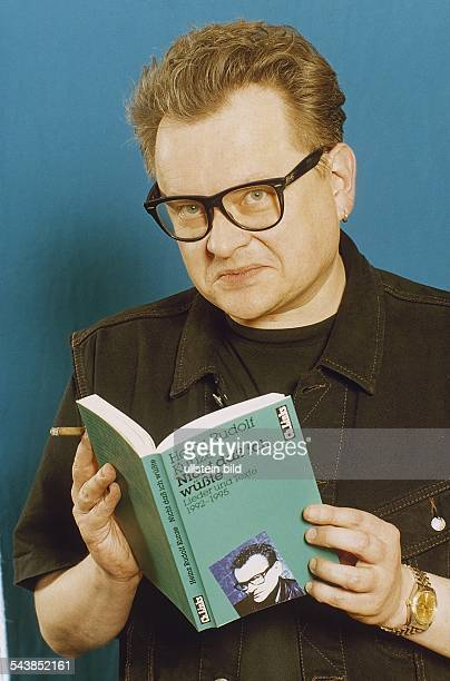 Liedermacher Heinz Rudolf Kunze mit Zigarillo und seinem Buch Nicht dass ich wüßte Aufgenommen 1997