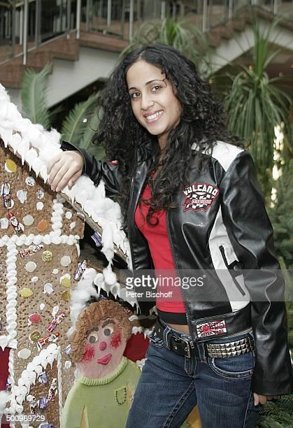Liel Köln Sängerin Knusperhäuschen Knusperhaus Lebkuchen Zuckerguss Süssigkeiten Weihnachten Weihnachtszeit Advent Adventszeit Promi PNr 1539/04 AB...