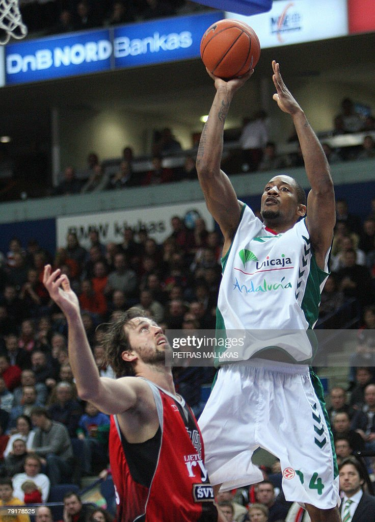 Lietuvos Rytas Matt Nielsen (L) vies with Unicaja Marcus Haislip (R) during their Euroleague basketball Championship match in Vilnius, 23 January 2008. AFP PHOTO / Petras Malukas