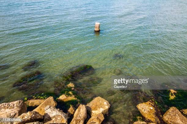 lieu - digue en mer méditerranée - ガール県 ストックフォトと画像