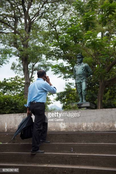 Teniente General Denzil Lakshman Kobbekaduwa estatua en Kandy, Sri Lanka