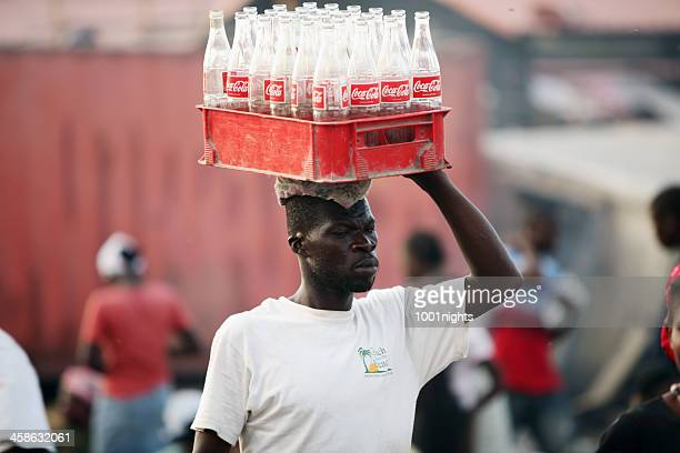 vida después del terremoto de haití - coca cola fotografías e imágenes de stock