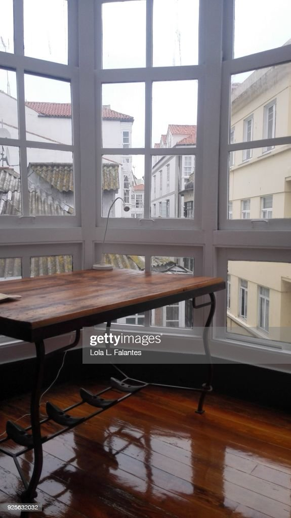 Life in a house, windows and table : Foto de stock