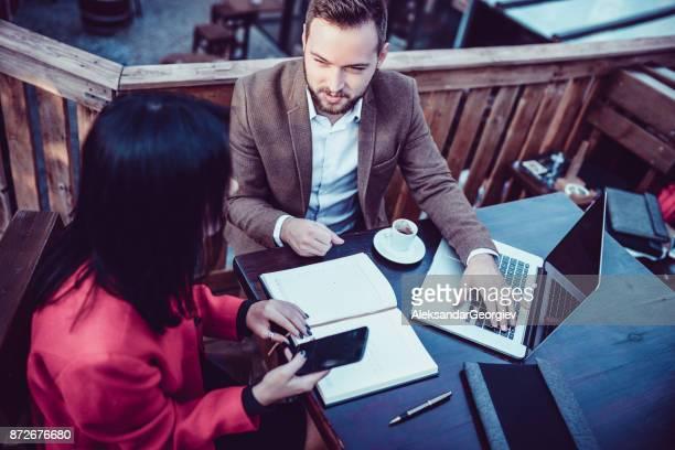 Agente de seguro de vida trabaja con el cliente y beber café