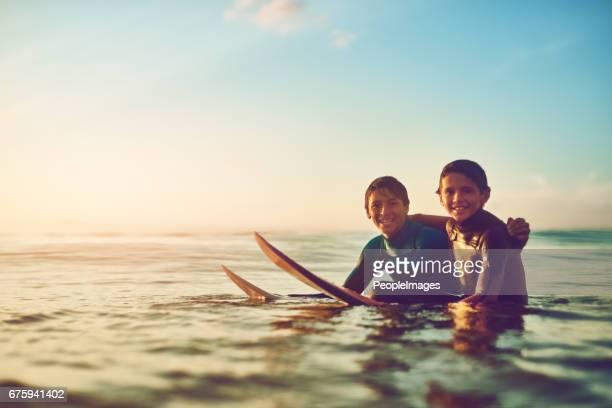 Livet är kul när du är ute och surfa med en kompis