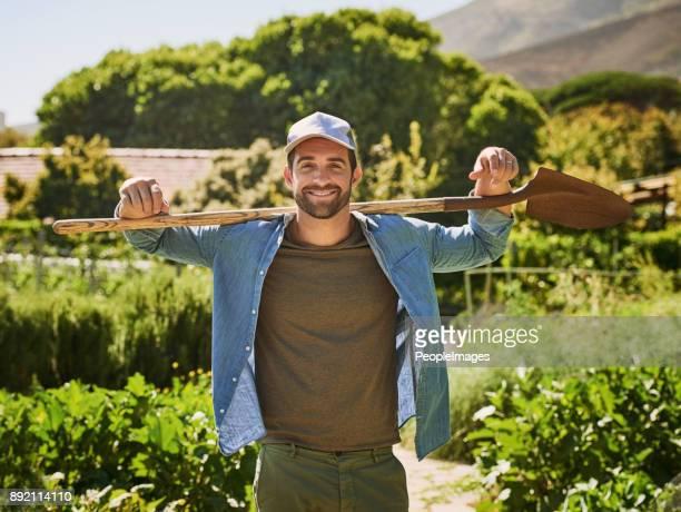 la vie est juste mieux sur une ferme - jardinage photos et images de collection