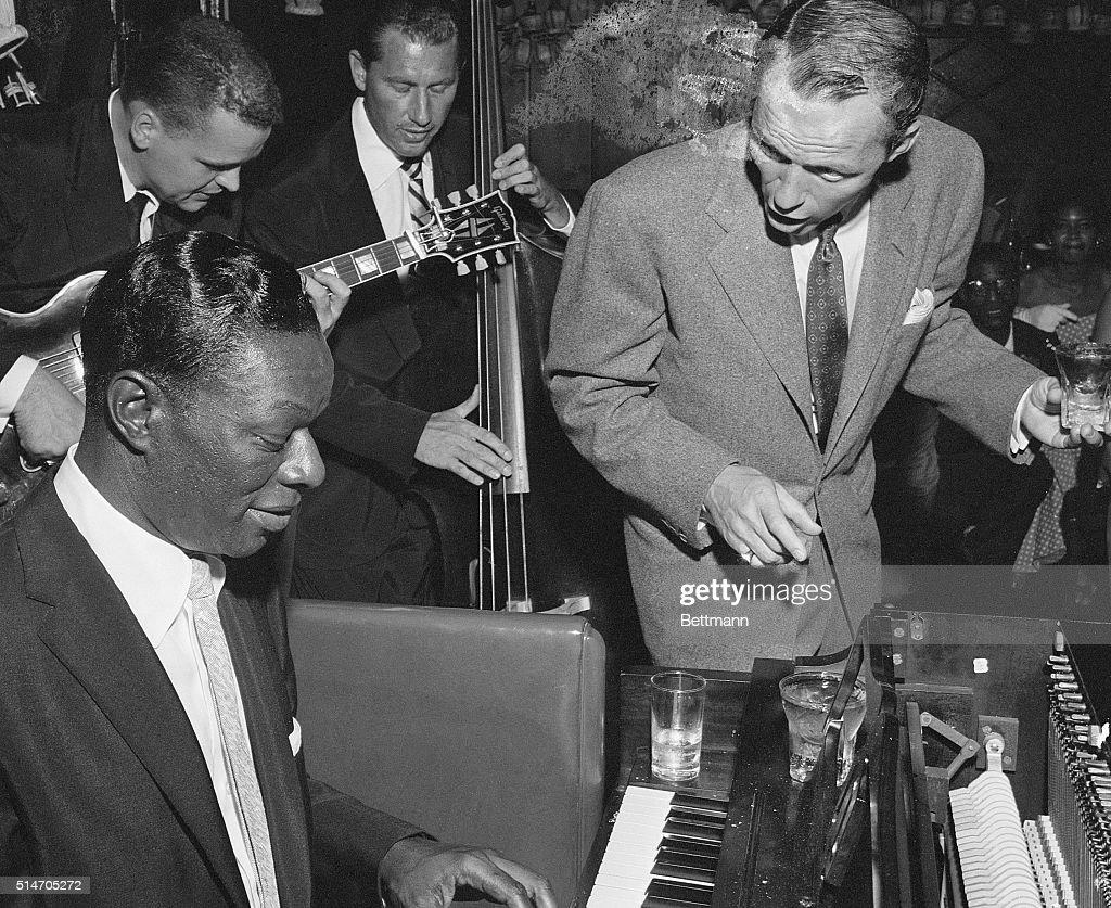 Nat King Cole Playing with Frank Sinatra : Fotografia de notícias