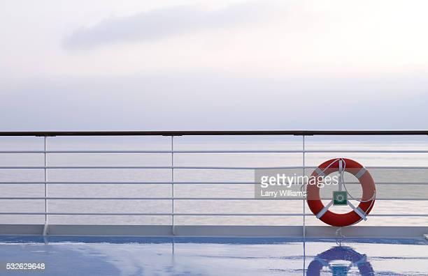 life ring on boat railing - veiligheidshek stockfoto's en -beelden