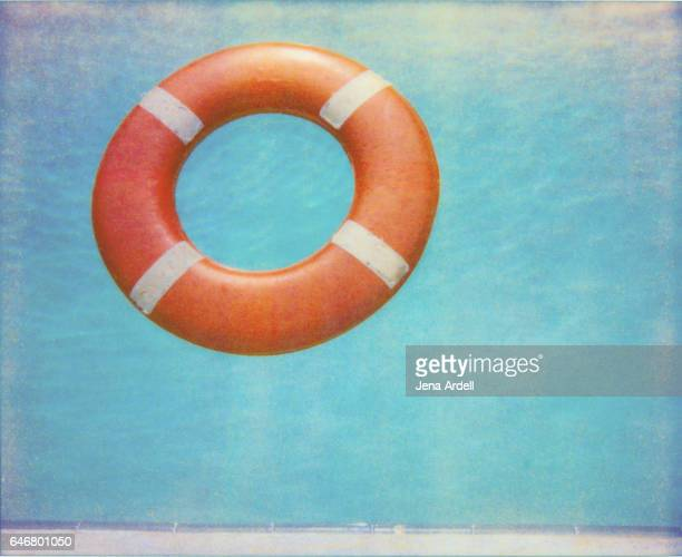 life saving device floating in swimming pool - sos einzelwort stock-fotos und bilder