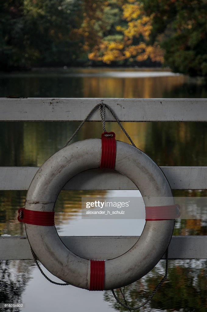 lifebelt on a lake : Foto de stock