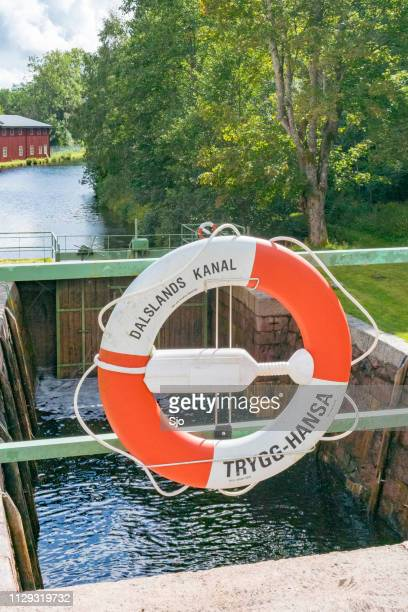 lifebuoy no canal da dalsland bloqueios no dals langed na suécia, num dia de verão. - dalsland - fotografias e filmes do acervo