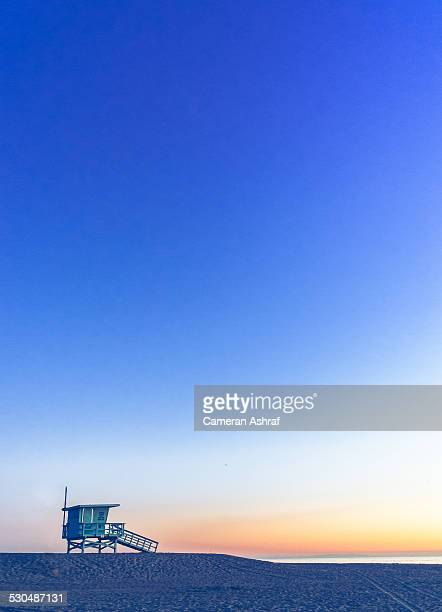 lifeguard hut at the beach - santa monica los angeles foto e immagini stock