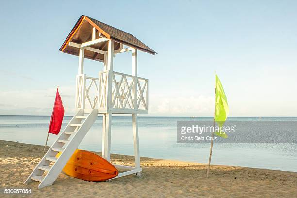 lifeguard hut with warm light horizontal - strandwächterhaus stock-fotos und bilder