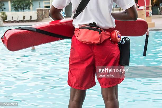 Rettungsschwimmer den Blick auf den Pool
