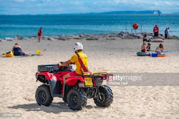 ビーチに quadbike の rnli ライフガード - プール湾 ストックフォトと画像