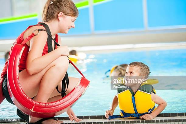 Rettungsschwimmer im Gespräch mit Kind