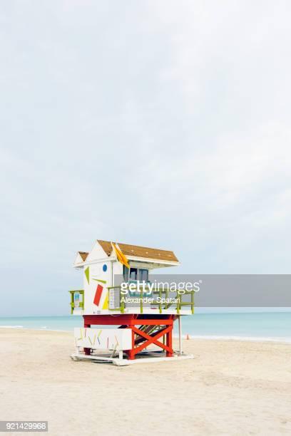 lifeguard tower at the south beach on a cloudy day, miami, florida, usa - strandwächterhaus stock-fotos und bilder