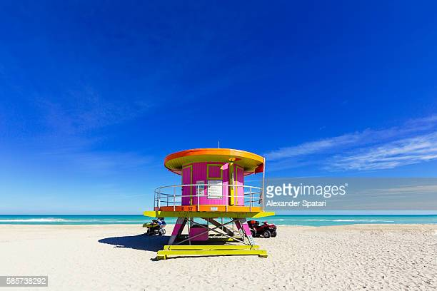 lifeguard tower on a sunny day at empty south beach, miami, florida, usa - miami foto e immagini stock