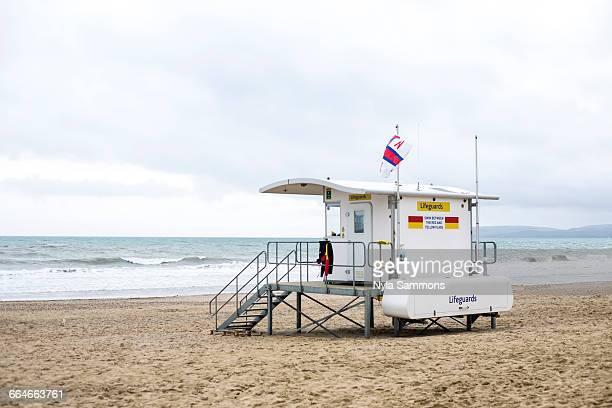 lifeguard tower on bournemouth beach, bournemouth, dorset, uk - イングランド南西部 ストックフォトと画像