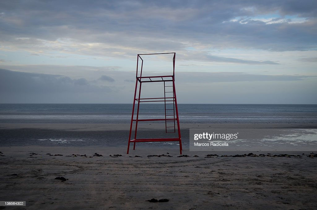 Lifeguard tower on solitary beach : Stock Photo