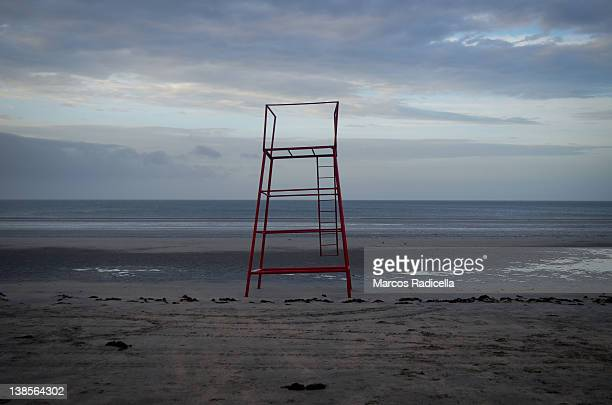 lifeguard tower on solitary beach - radicella fotografías e imágenes de stock