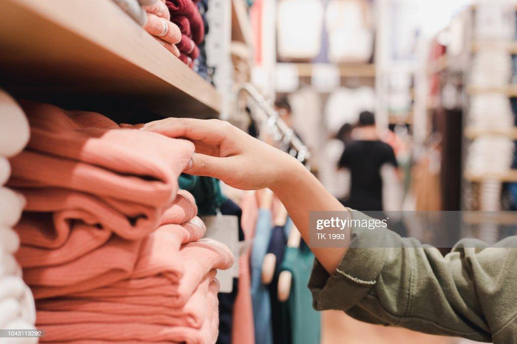 女性のための服を買い物のライフ スタイル : ストックフォト